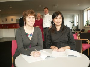 Prof Dorothy Miell (Edinburgh) and Prof Brenda Yeoh (FASS) signing the MOU