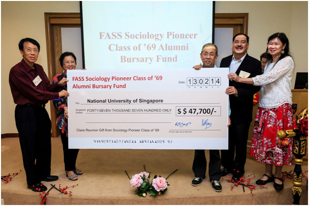 Mr Yap Boh Tiong and Ms Patricia Gay representing the Sociology Pioneer Class of 1969 in presenting a cheque to Prof Chua Beng Huat, Head (Sociology), in the company of A/P Victor Savage, Director (Office of Alumni Relations) and Dean, Prof Brenda Yeoh