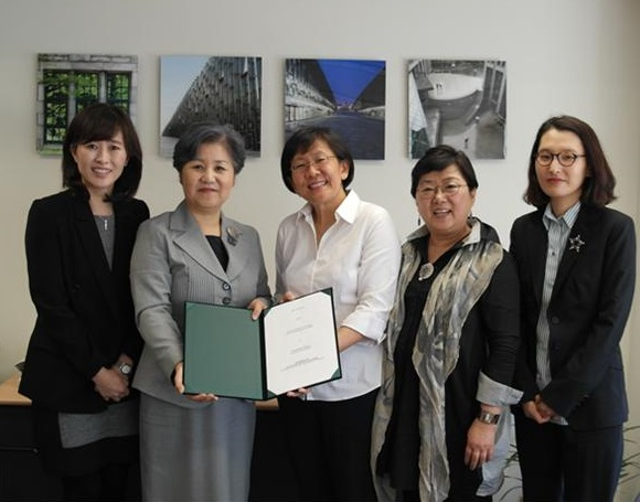 From the left: Prof Soontae An (Associate Vice-President for International Affairs), Prof Dong-Sook Park (Dean of the College of Social Science), Assoc Prof Paulin Straughan (Vice Dean for International Relations and Special Duties), Prof Sung-Nam Cho (College of Social Science), Prof So Hyun Joo (Associate Dean of the College of Social Science).