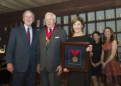 (l. to r.) President George W. Bush, David McCullough, First Lady Laura Bush, SMU trustee Jeanne Tower Cox and her sister, Penny Tower Cook.