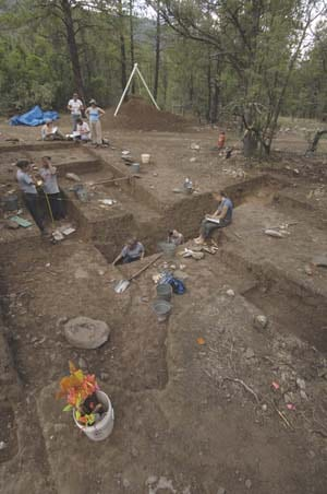SMU%20Taos%20students%20at%20dig%20site.jpg