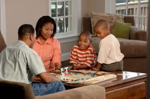 1280px-Family_playing_a_board_game_(1)
