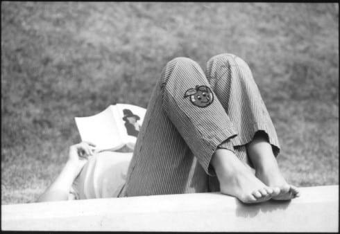 Photo memory 30 - Student studying barefoot on the lawn