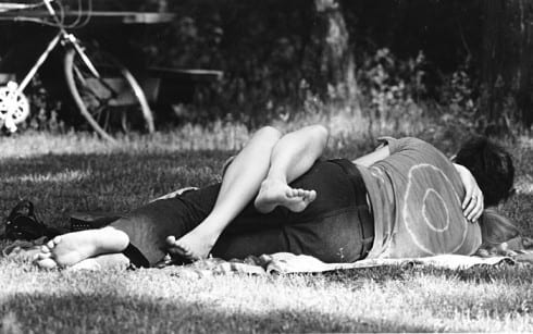 Photo memory 71 - Affectionate couple barefoot on the lawn