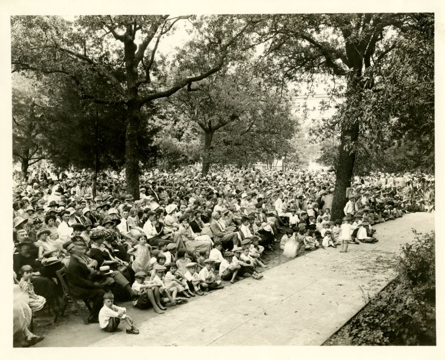 Crowd at Pied Piper Pageant
