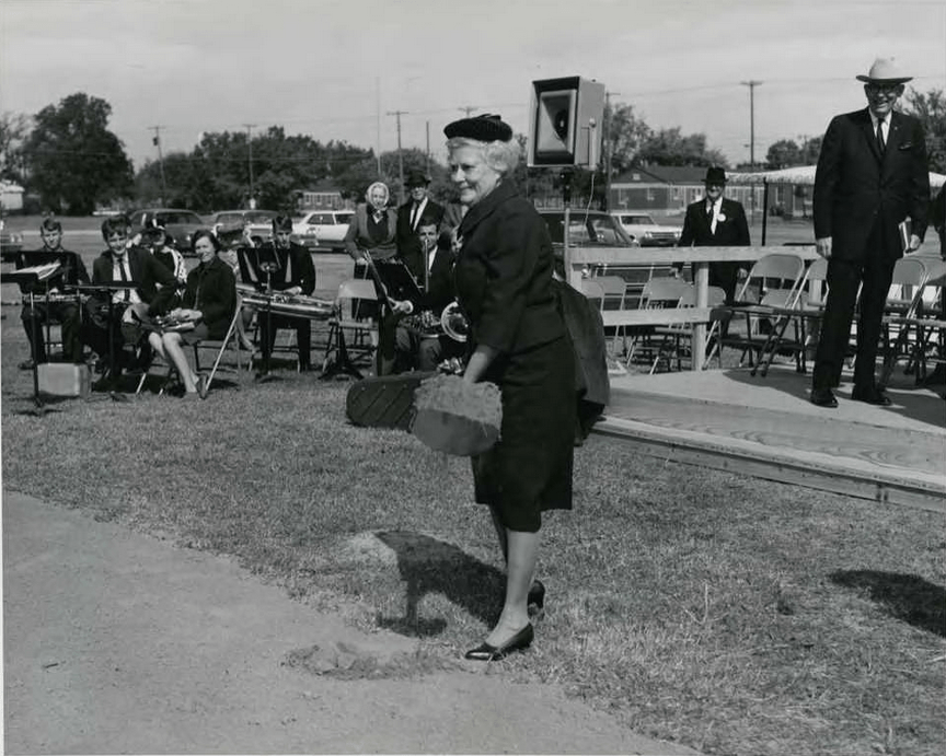 Mary Moody Northen turns the first shovel of dirt during the groundbreaking ceremony. Photo by Windy Drum. Image courtesy Baylor University, The Texas Collection, Waco, TX via The Texas Collection Photographic Archive.