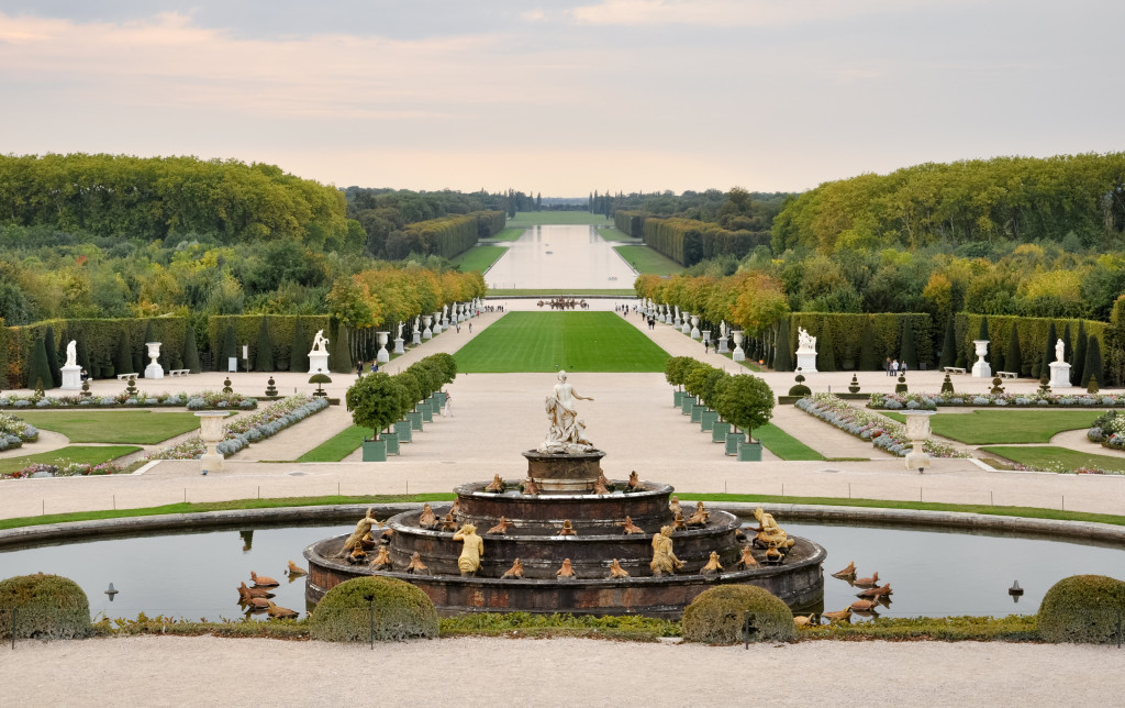 Versailles_view_from_the_Pareterre_d'eau