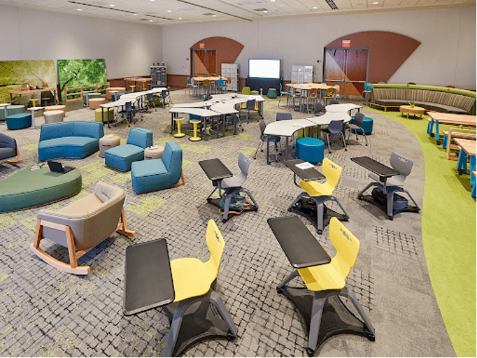 Learning space with movable furniture allows students and teachers to configure the classroom in ways that are conducive to collaboration and active learning. Image: Scholarfurniture.co.nz