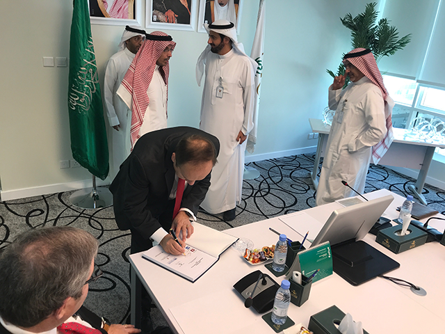 Chancellor Paydar signs the final report of the Kingdom of Saudi Arabia National Demographic Health Survey 2017 at the Saudi Ministry of Health