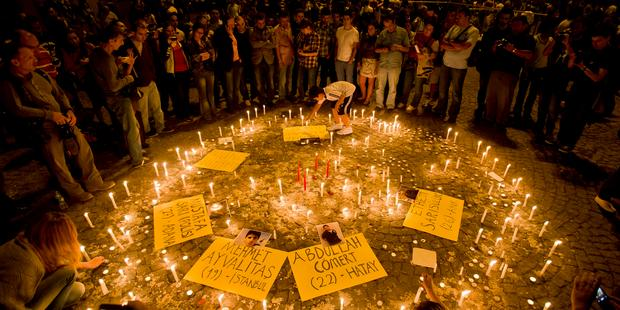 192416_People_light_candles_for_the_victims_of_the_protests_at_Taksim_square_in_Istanbul