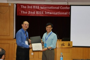"Prof. Qiu deliveries ""Certificate of Appreciation"" to Ohio State University Prof. Xiaodong Zhang"