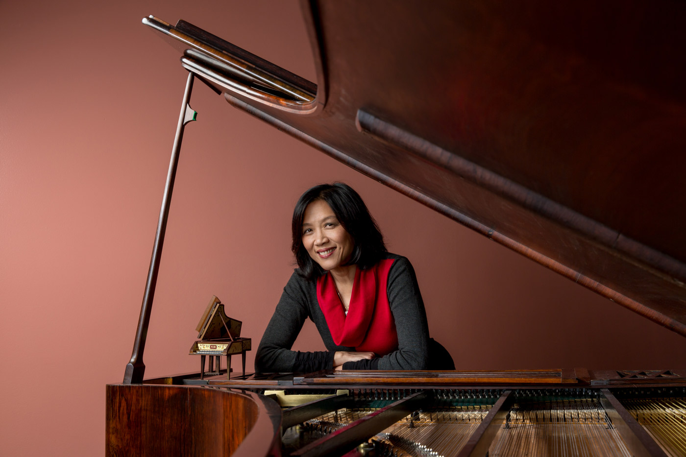 Gwendolyn Mok posing with a piano.