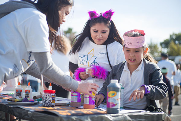 CommUniverCity students help elementary school students with arts and crafts. (Photo: James Tensuan, '15 Journalism)