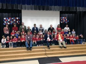 Large group photo of students with veterans