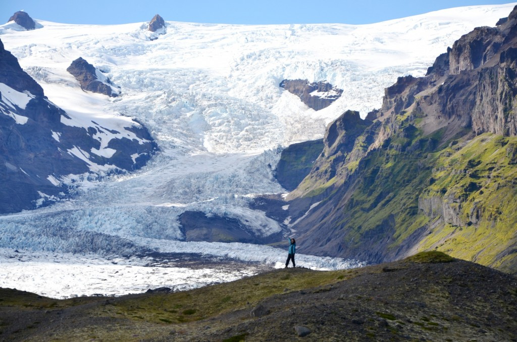 Here's another area where the glacier used to be much thicker, and cover a much larger area. All the ground you see, including the ground I'm standing on, had been covered by the glacier for thousands of years.