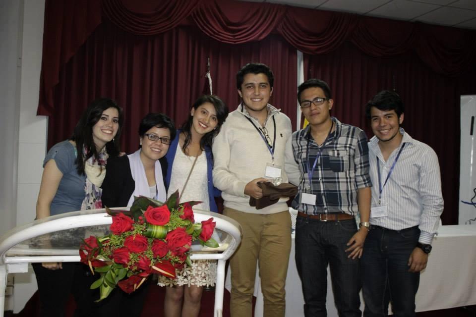 Paul Moreno recibiendo el reconocimiento al 3er lugar por parte del Comité Organizador del Evento