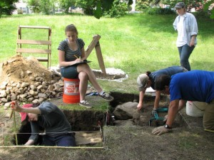 Participants in the 2013 archaeological field school in Plymouth.