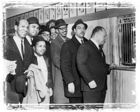 Photo of Chicago black musicians waiting in line to pay union dues