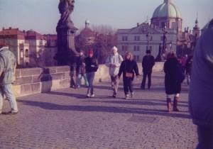 Prof. Pogge a přátelé chůzi na Karlově mostě v Praze.