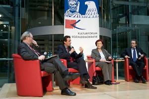Wolfgang Thierse, Julian Nida-Rümelin, Heidemarie Wieczorek-Zeul, und Thomas Pogge auf dem Podium des Kulturforums der Sozialdemokratie