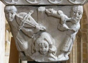 Conques, chapiteau du cloître déposé dans l'église