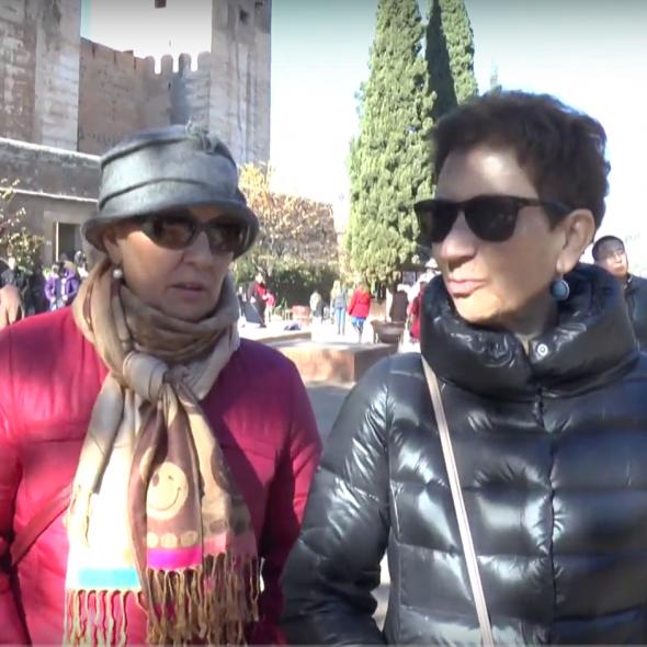 Fotograma del vídeo, muestra dos personas hablando mientras pasean/Picture form the video, 2 people speaking while walking