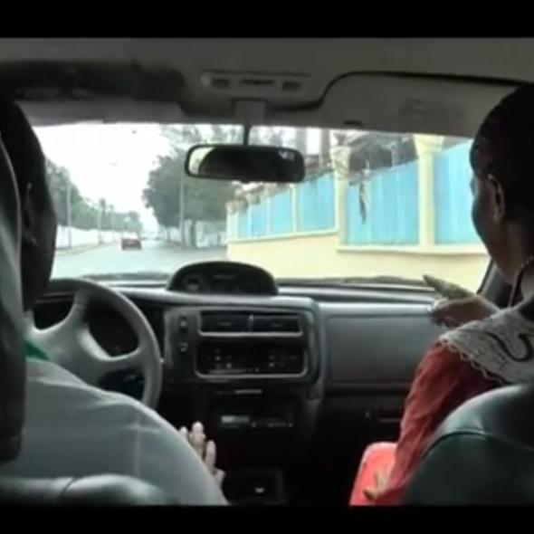 Fotograma del vídeo, muestra dos personas de espaldas hablando en un coche/carro/Picture from the video, two people showed from behind are speaking in a car