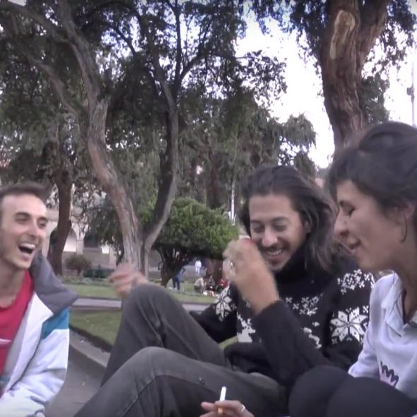 Fotograma del vídeo, muestra tres personas hablando sentadas en un parque/Photo from the video, three people speaking while sitting in a park