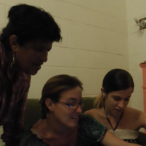 Fotograma del vídeo, muestra tres personas hablando ientras miran la pantalla de una computadora/Picture form the video, 3 people speaking while watching a computer screen