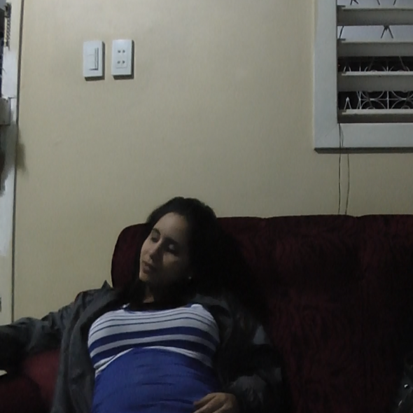 Fotograma del vídeo, muestra dos personas hablando en un sofá/Picture from the video, two people speaking while sitting in a sofa