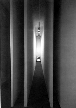 Bruce Nauman – Video Corridor