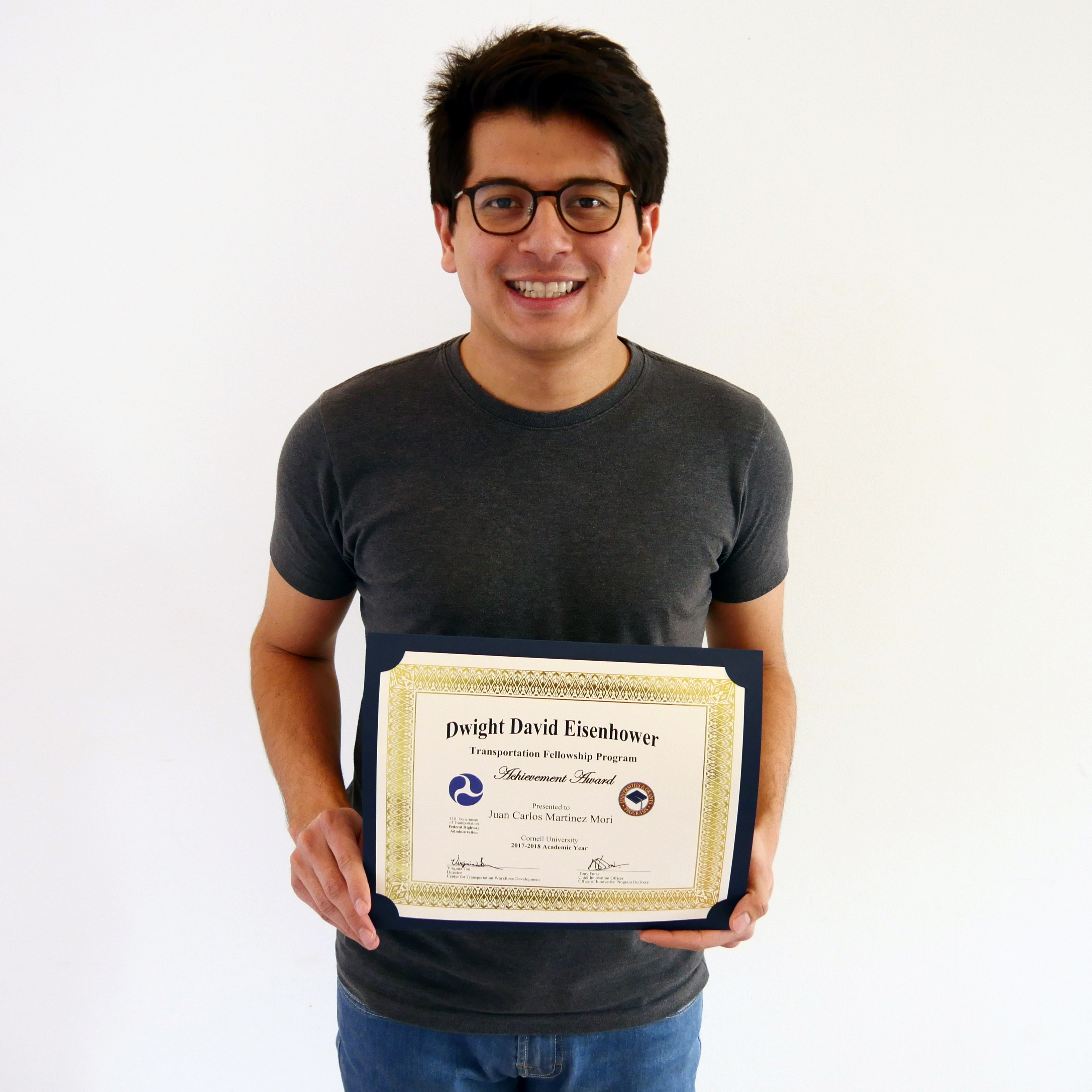 Juan Carlos Martínez Mori holds his DDETFP Award certificate