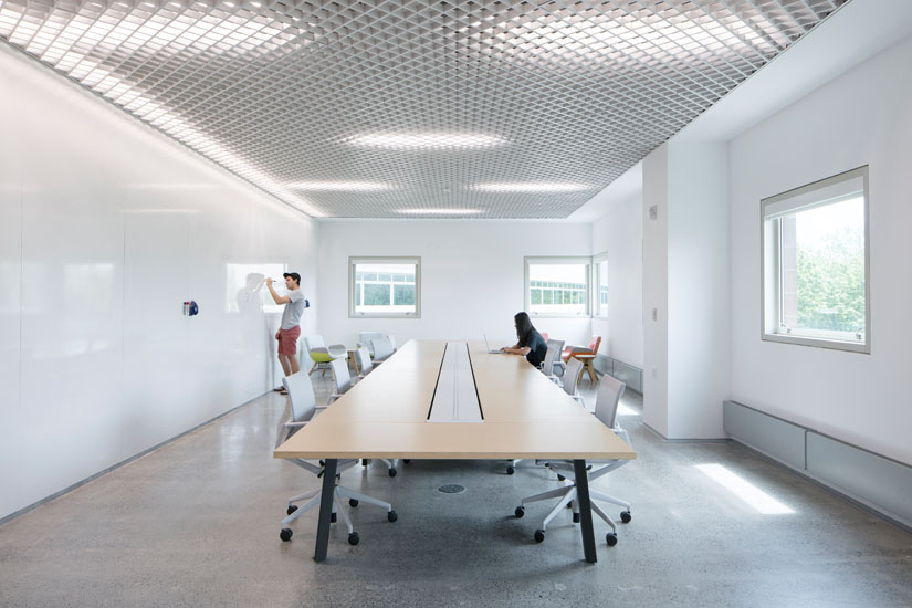 Breakout space with long table and whiteboard walls within CSL Space, Rhodes Hall, Cornell University ©Naho Kubota + LEVENBETTS