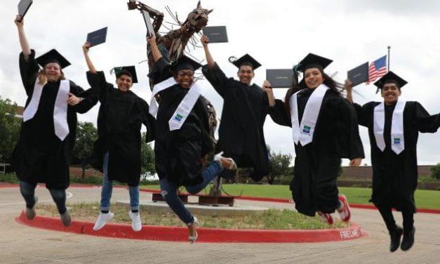 Estudiantes se graduan del colegio comunitario antes de la preparatoria