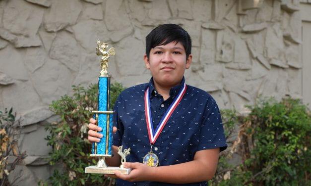 Estudiante de Travis Gana el 5.o lugar en Concurso de Deletreo a Nivel Nacional