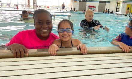 Maestra de 3.er grado se une a sus alumnos para aprender a nadar