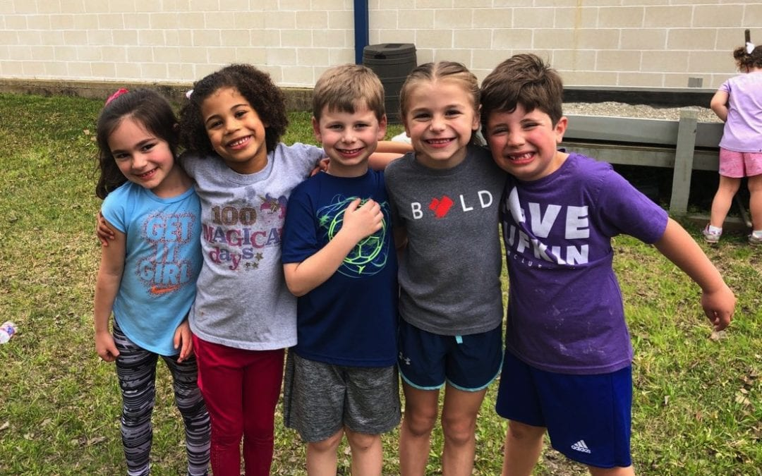 Dual en Accion service club helps build outdoor classroom