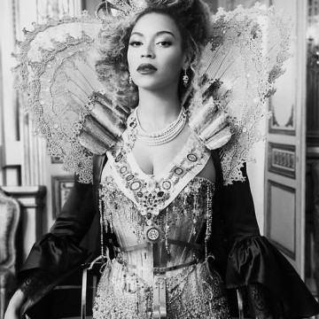 """Queen B"" dressed as haute couture Queen Elizabeth I"