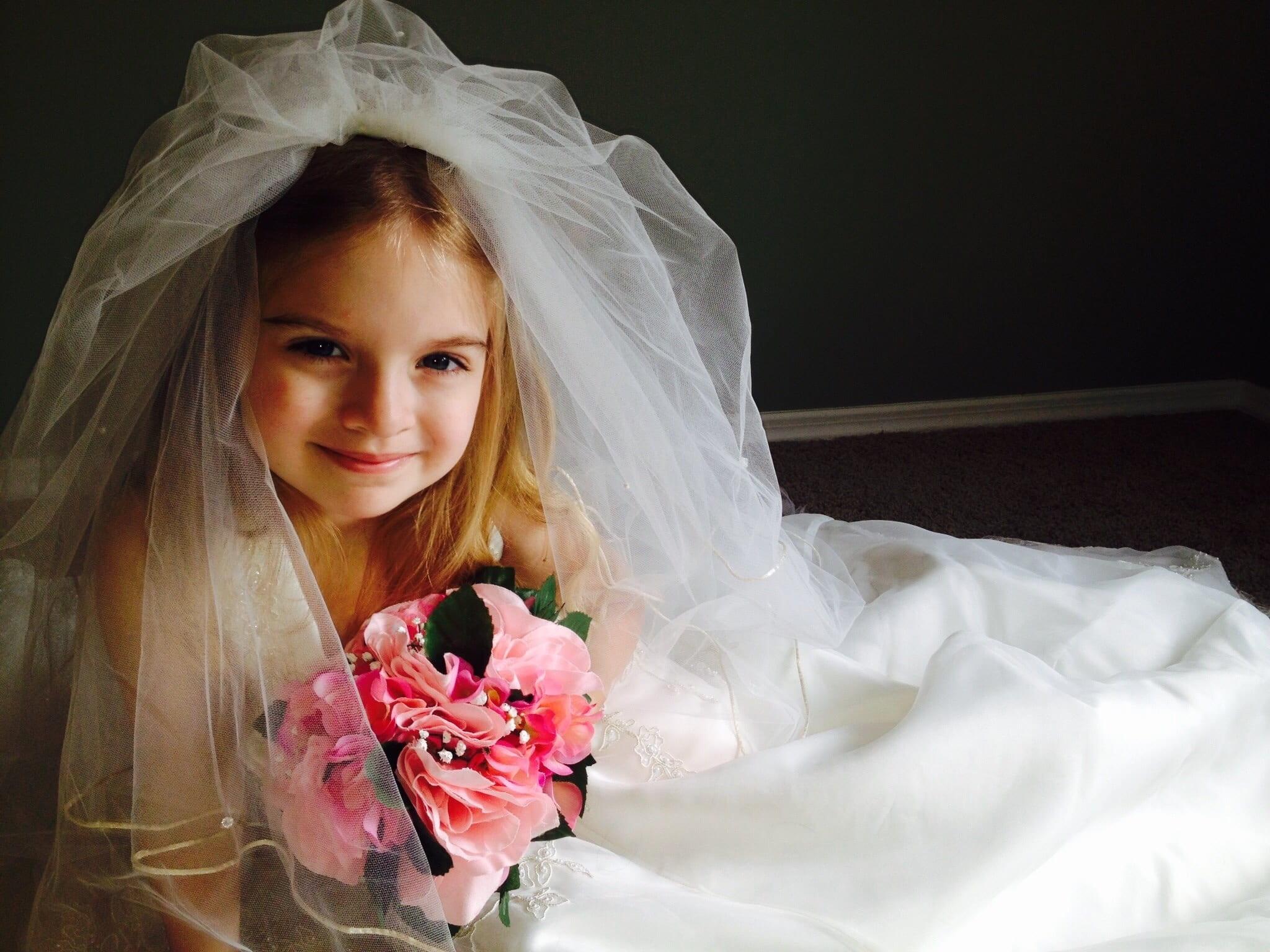 Girl wearing a wedding dress. Source: Amy Ann Brockmeyer, pixabay.com