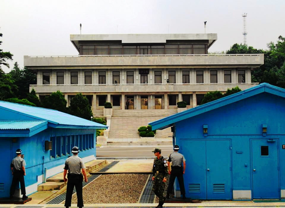 a picture of the DMZ between north and south Korea