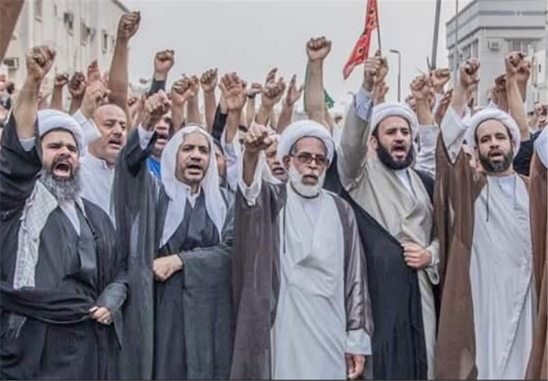 An image showing Shia Muslims in Saudi Arabia protesting the bombing of one of their mosques.