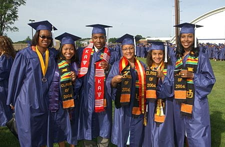Some student organizations provide commemorative stoles to decorate the robes of their graduates.