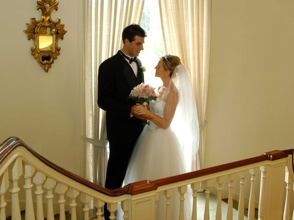 Goodstay_wedding_couple-on-staircase-25vbubc