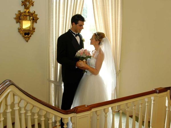 Goodstay_wedding_couple-on-staircase-25vbubc