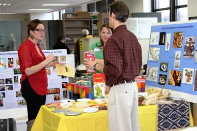 Jason Sherman and Cheri Price, UW-Milwaukee, demonstrate how to combine maize and chocolate. Photo A. Rivera.