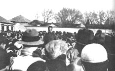 Lu Xun lecturing in the midst of a large crowd of students