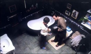 Shen Xue catches Yan Shouyi on the phone in the bathroom