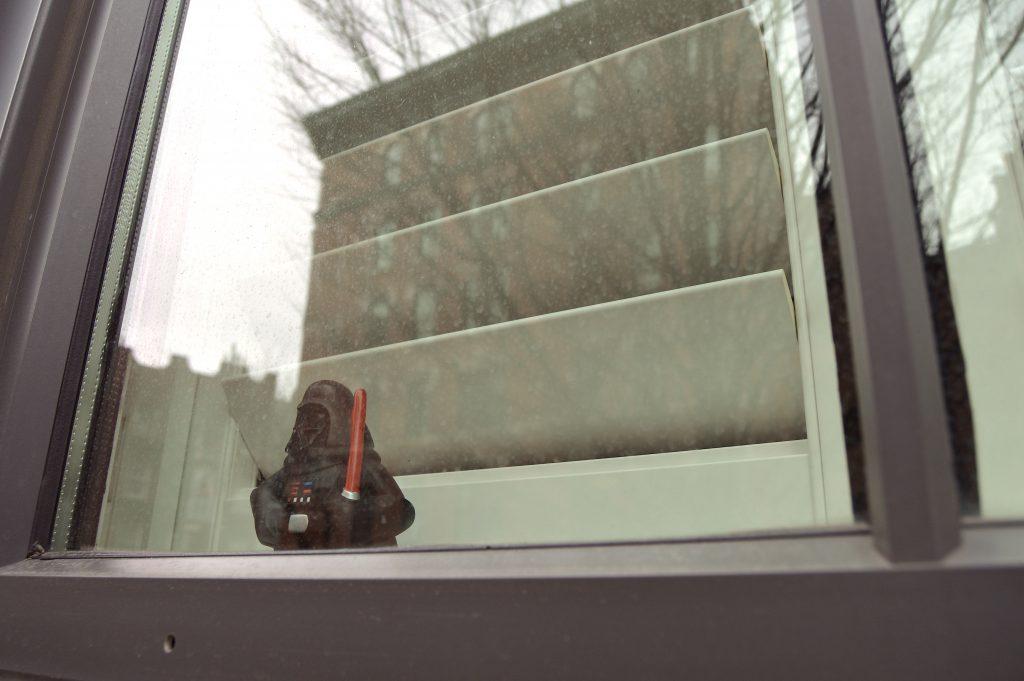 DarthVader-waits-in-GreenwichSt-window-2105-229kyf8