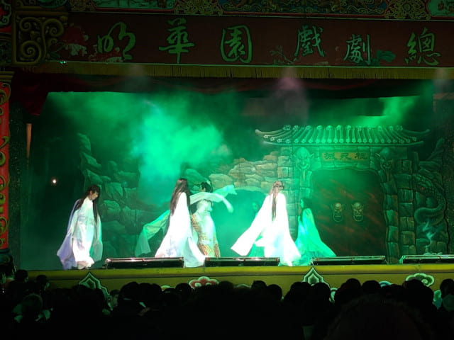 Taiwanese female ghosts trying to attack the male lead