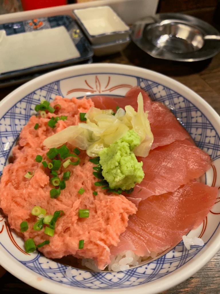 A bowl of rice, minced meguro, and sliced tuna